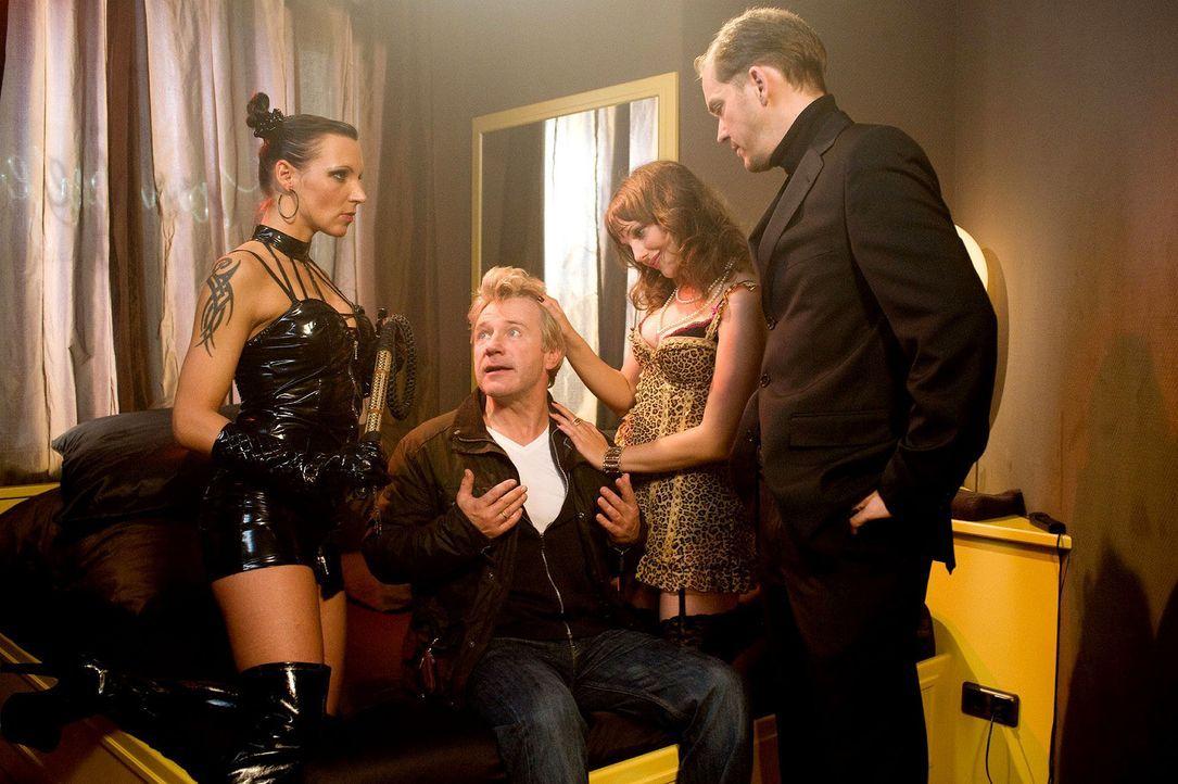 Reinhard (Jörg Schüttauf, 2.v.l.) versucht dem Zuhälter (Godehard Giese, r.) zu erklären, dass er doch nur seine Tochter Lina und nicht die glei... - Bildquelle: Gordon Mühle Sat.1