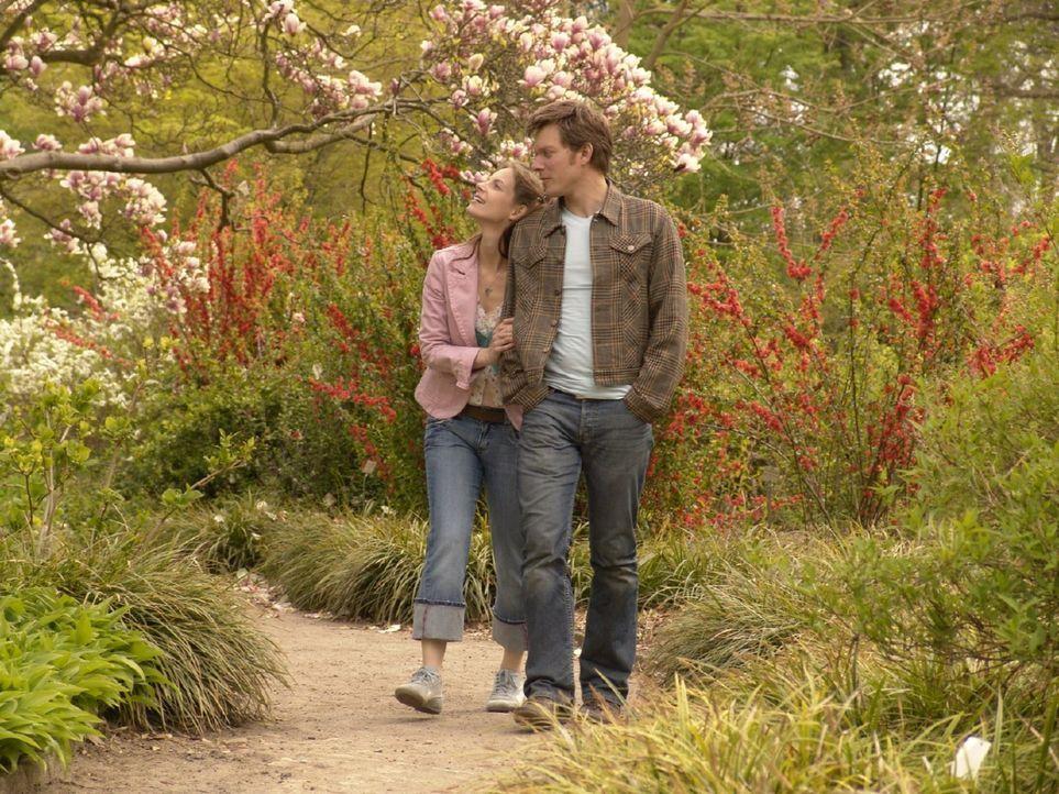 Andrea (Marie Zielcke, l.) genießt die wenigen glücklichen Momente mit ihrem Freund Elias (Steffen Schroeder, r.), der in London arbeitet. - Bildquelle: Sat.1