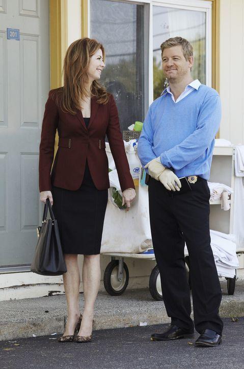 Eine gut gekleidete Frau wird tot in einem billigen Motelzimmer gefunden. Peter (Nicholas Bishop, r.) und Megan (Dana Delany, l.) beginnen mit den E... - Bildquelle: ABC Studios