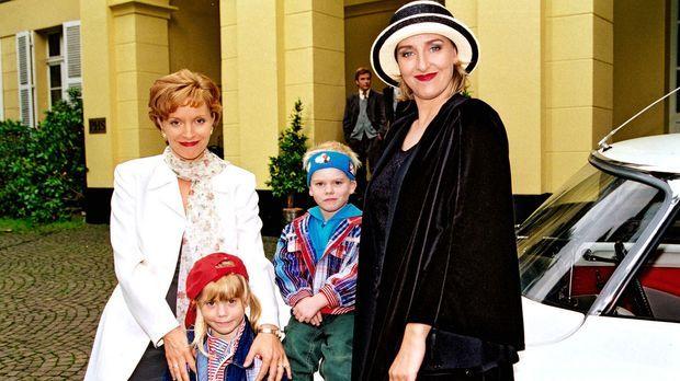 Dianes (Eva Scheurer, l.) Freundin Conny (Karen Friesicke, r.) will im Park H...