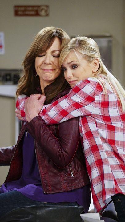 Als Bonnie (Allison Janney, l.) ein seltsames Muttermal an verborgener Stelle bemerkt, hält sie es zunächst für harmlos. Christy (Anna Faris, r.) un... - Bildquelle: 2015 Warner Bros. Entertainment, Inc.