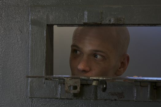 Wagt einen Blick aus seiner Zelle: Straftäter Dwayne Rosier ... - Bildquelle:...