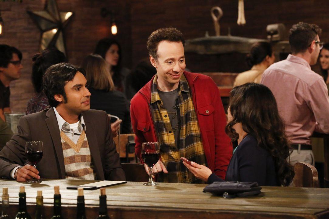 Haben Raj (Kunal Nayyar, l.) oder Stuart (Kevin Sussman, M.) überhaupt eine Chance bei der hübschen Ruchi (Swati Kapila, r.)? - Bildquelle: Warner Bros. Television