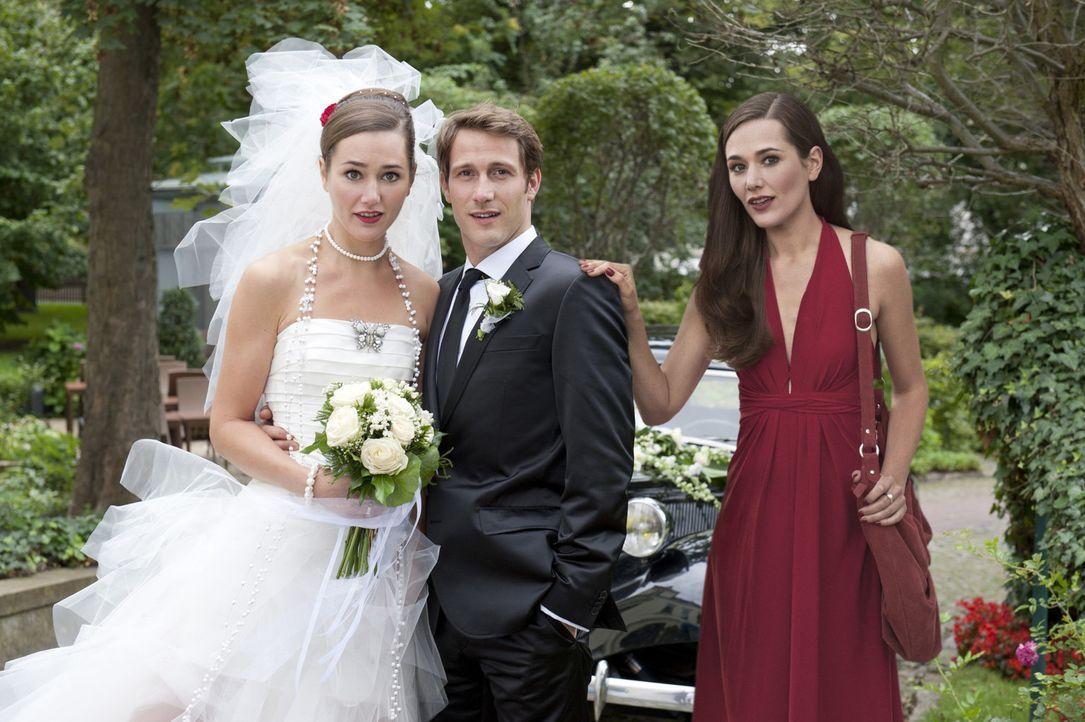 Eigentlich wollte Sophie (Alissa Jung, r.) David (David Rott, M.) heiraten, doch dann steht Sina (Alissa Jung; l.) mit ihm vor dem Traualtar. Weiß D... - Bildquelle: Stephan Rabold SAT.1