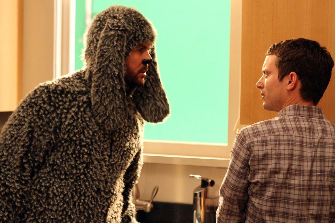 Wilfred (Jason Gann, l.) hat panische Angst vor Babys und erzählt Ryan (Elijah Wood, r.) von dem über Jahrhunderte lang anhaltenden Krieg zwischen H... - Bildquelle: 2011 FX Networks, LLC. All rights reserved.