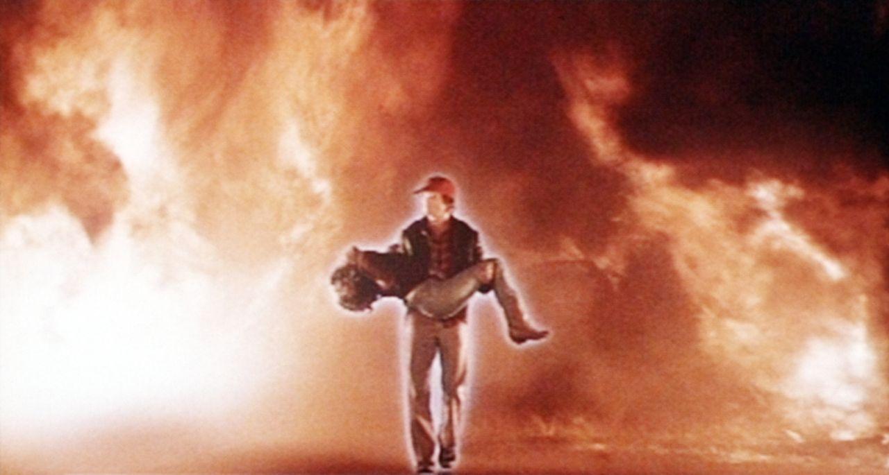 In letzter Sekunde kann Starman (Jeff Bridges) seine große Liebe Jenny (Karen Allen) aus den tödlichen Flammen befreien ... - Bildquelle: Columbia Pictures