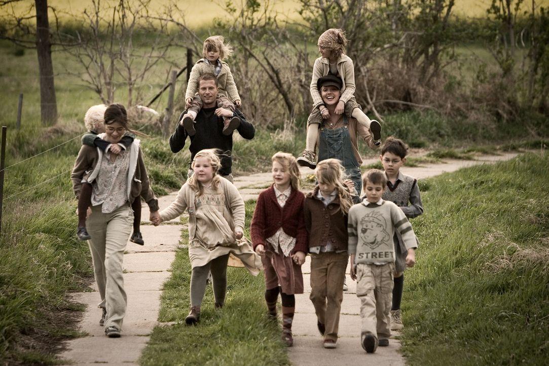 Im Hort erobert Ludo (Til Schweiger, hinten l.) schon bald die Herzen der Kinder, womit Anna (Nora Tschirner, vorne l.) zunächst gar nicht klar kom... - Bildquelle: Warner Bros.