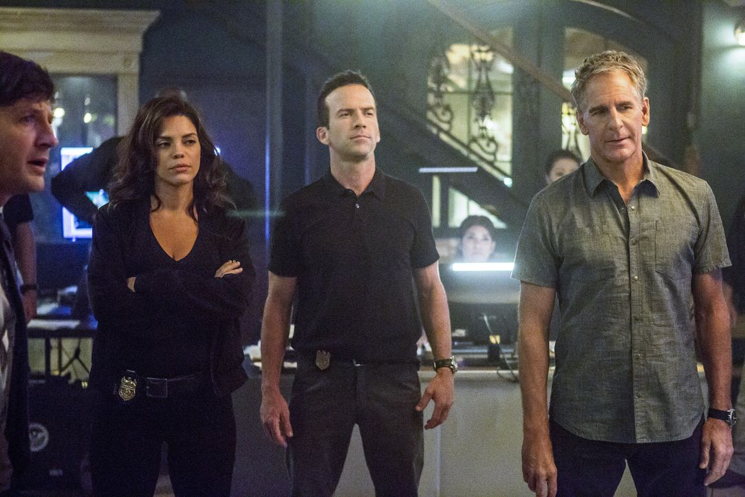 Weil das FBI die Führung in einem Fall übernimmt, muss das NCIS-Team um Tammy Gregorio (Vanessa Ferlito, 2.v.l.), Christopher LaSalle (Lucas Black,... - Bildquelle: Skip Bolen 2017 CBS Broadcasting, Inc. All Rights Reserved.