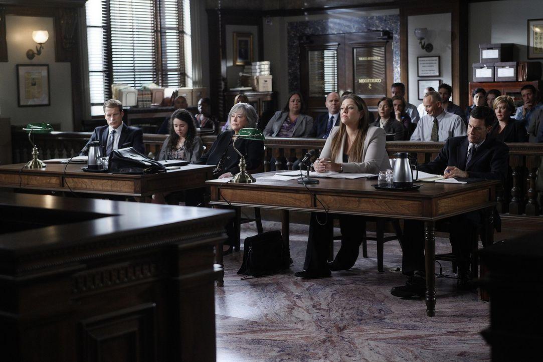 Warten auf das Urteil der Jury: Oliver (Mark Valley, l.), Sela Vincent (Sarah Steele, 2.v.l.), Harry (Kathy Bates, M.) und Staatsanwältin Mendelsoh... - Bildquelle: Warner Bros. Television