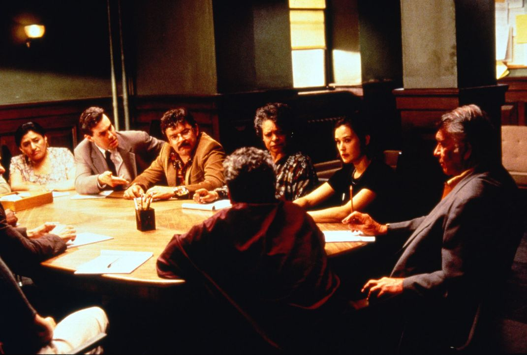 Annie Laird (Demi Moore, 2.v.r.) weiß genau, dass ihr Sohn umgebracht wird, falls sie die Geschworenenjury nicht zu einem Freispruch für den Mafiabo... - Bildquelle: Columbia Pictures