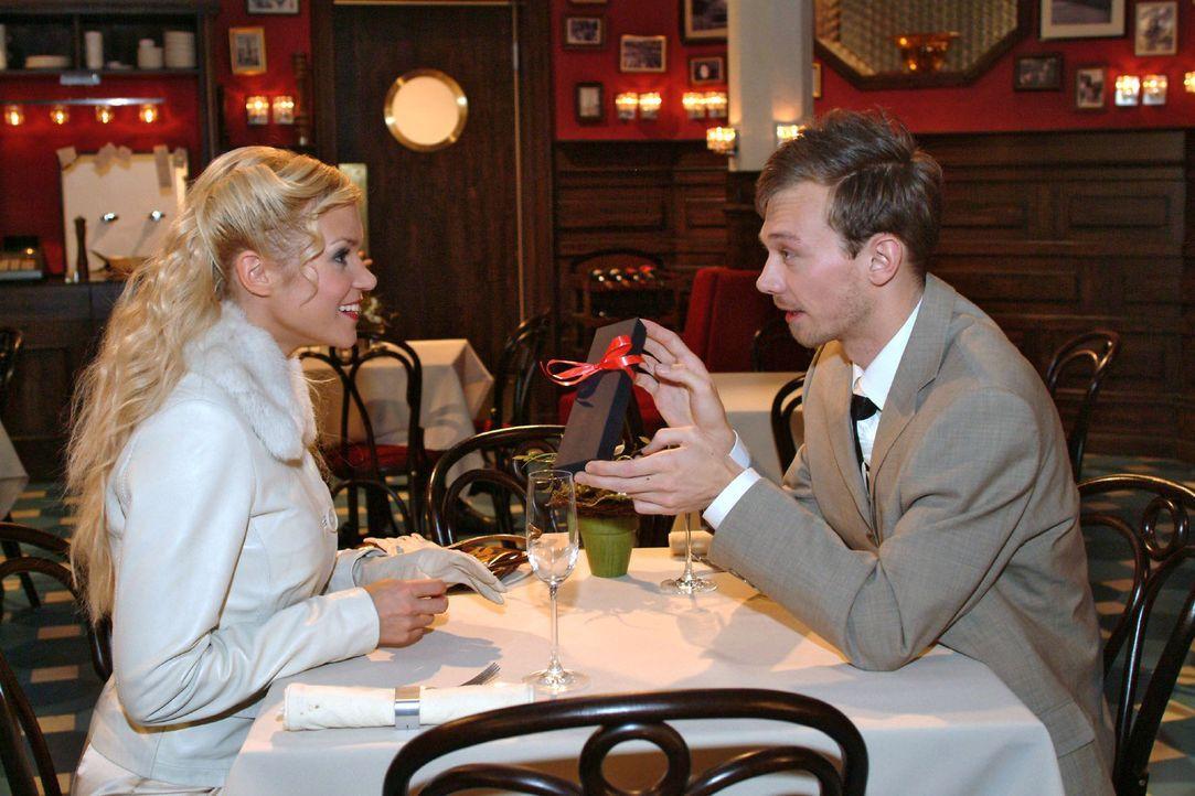 Jürgen (Oliver Bokern, r.) versucht Sabrina (Nina-Friederike Gnädig, l.) mit einem wertvollen Geschenk zu beeindrucken. - Bildquelle: Monika Schürle Sat.1