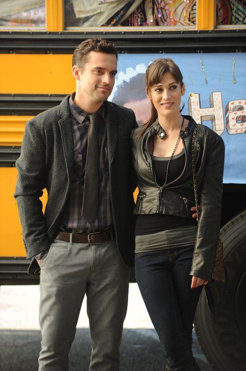 Nick (Jake M. Johnson, l.) versucht seine neue Freundin Julia (Lizzy Caplan, r.), vor seinen Mitbewohnern zu verstecken. Doch wird es ihm gelingen? - Bildquelle: 20th Century Fox