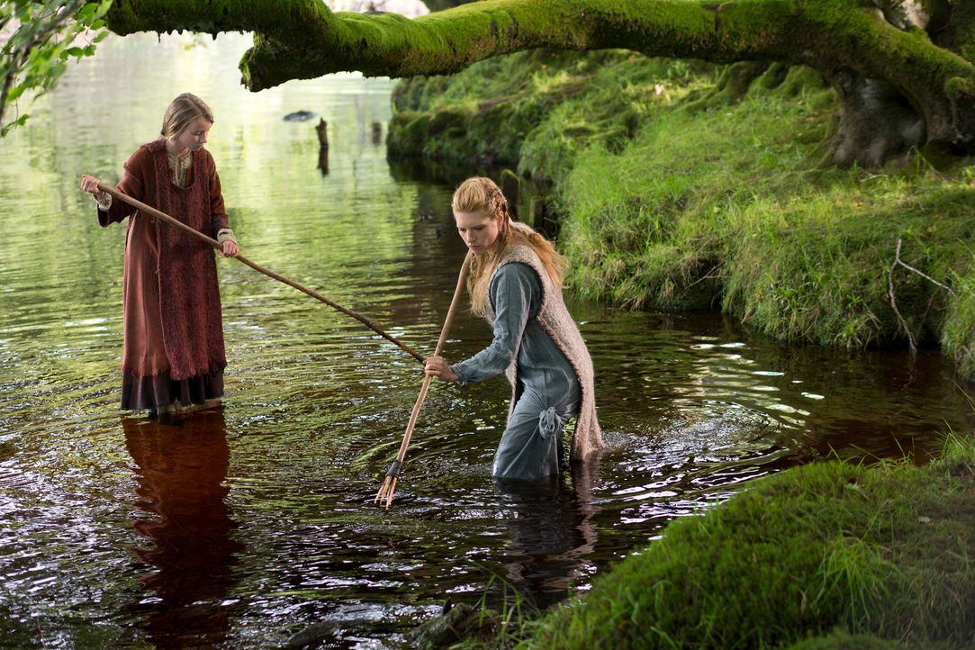 Im 8. Jahrhundert nach Christus mussten die Frauen hart arbeiten, um Nahrung nach Hause zu bringen. Auch die junge Gyda (Ruby O'Leary, l.) muss ihre... - Bildquelle: 2013 TM TELEVISION PRODUCTIONS LIMITED/T5 VIKINGS PRODUCTIONS INC. ALL RIGHTS RESERVED.