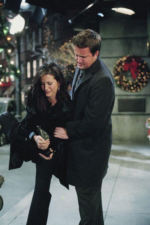 Chandler (Matthew Perry, r.) ist sauer, weil Monica (Courteney Cox, l.) sich sündhaft teure Stiefel gekauft hat. Also verspricht sie ihm, die Schuh... - Bildquelle: TM+  WARNER BROS.