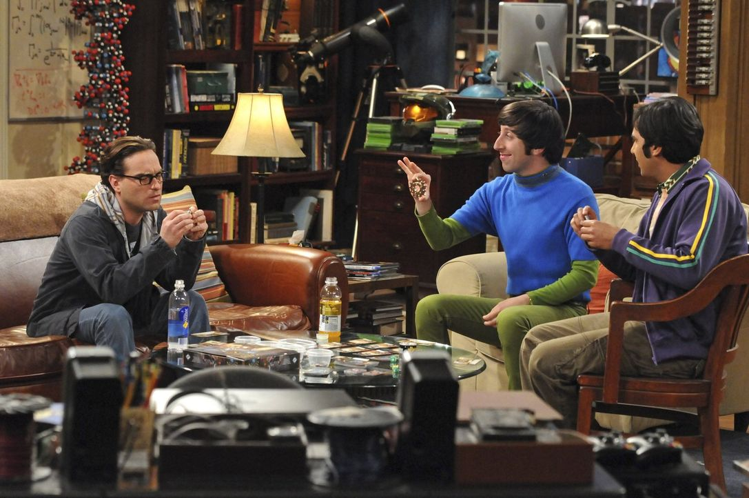 Howard (Simon Helberg, M.) hat aufregende Neuigkeiten für seine Freunde Sheldon, Raj (Kunal Nayyar, r.) und Leonard (Johnny Galecki, l.) ... - Bildquelle: Warner Bros. Television