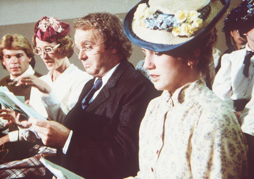 Laura (Melissa Gilbert, r.) und ihre Schwägerin Eliza Jane (Lucy Lee Flippin, l.) nehmen wie der Lehrer Mortimer Carstairs (Patrick Collins, M.) an... - Bildquelle: Worldvision