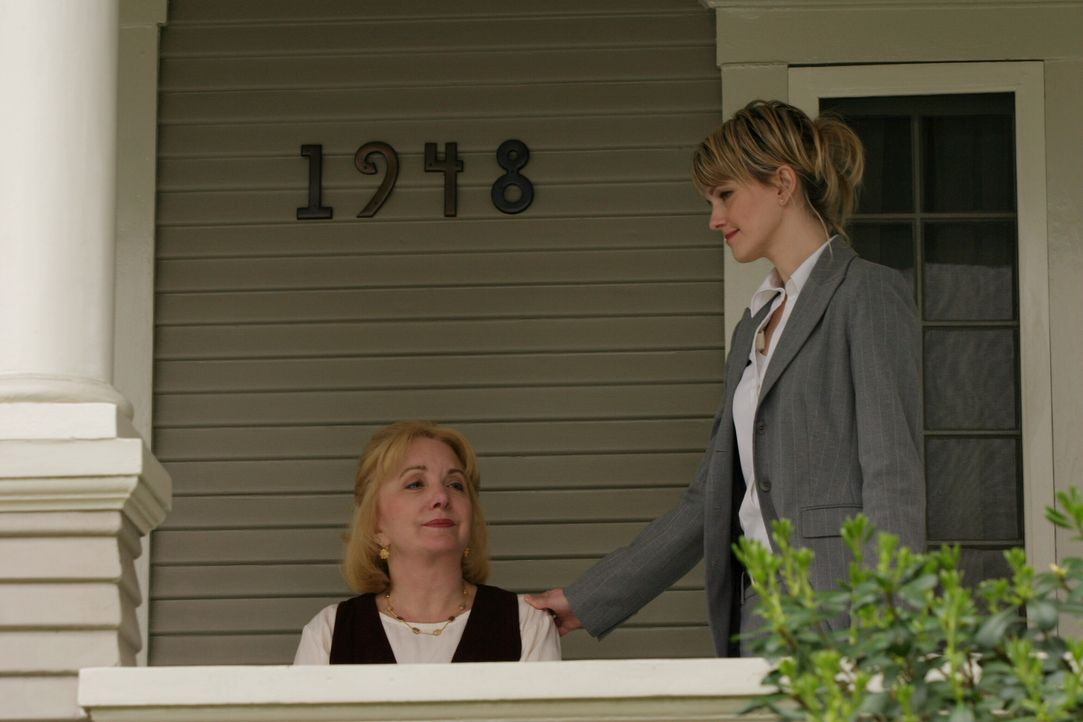 Die Wahrheit ist nicht leicht zu ertragen: Det. Lilly Rush (Kathryn Morris, r.) versucht, Carol (Lee Garlington, l.) zu beruhigen ... - Bildquelle: Warner Bros. Television