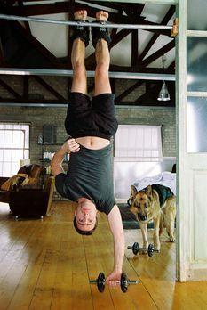Marc Hoffmann (Alexander Pschill) und Rex machen sich fit für den Tag ... - B...
