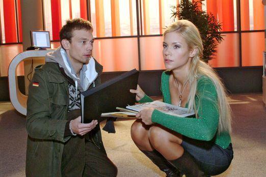 Verliebt in Berlin - Sabrina (Nina-Friederike Gnädig, r.) gibt Jürgen (Oliver...