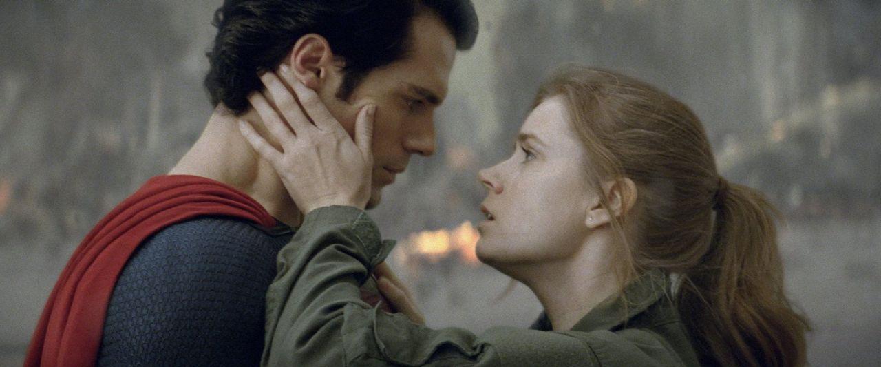 Wie gewinnt man das Herz einer Dame? Man rettet ihr das Leben. Zwischen Superman (Henry Cavill, l.) und Reporterin Lois Lane (Amy Adams, r.) scheint... - Bildquelle: 2013 Warner Brothers