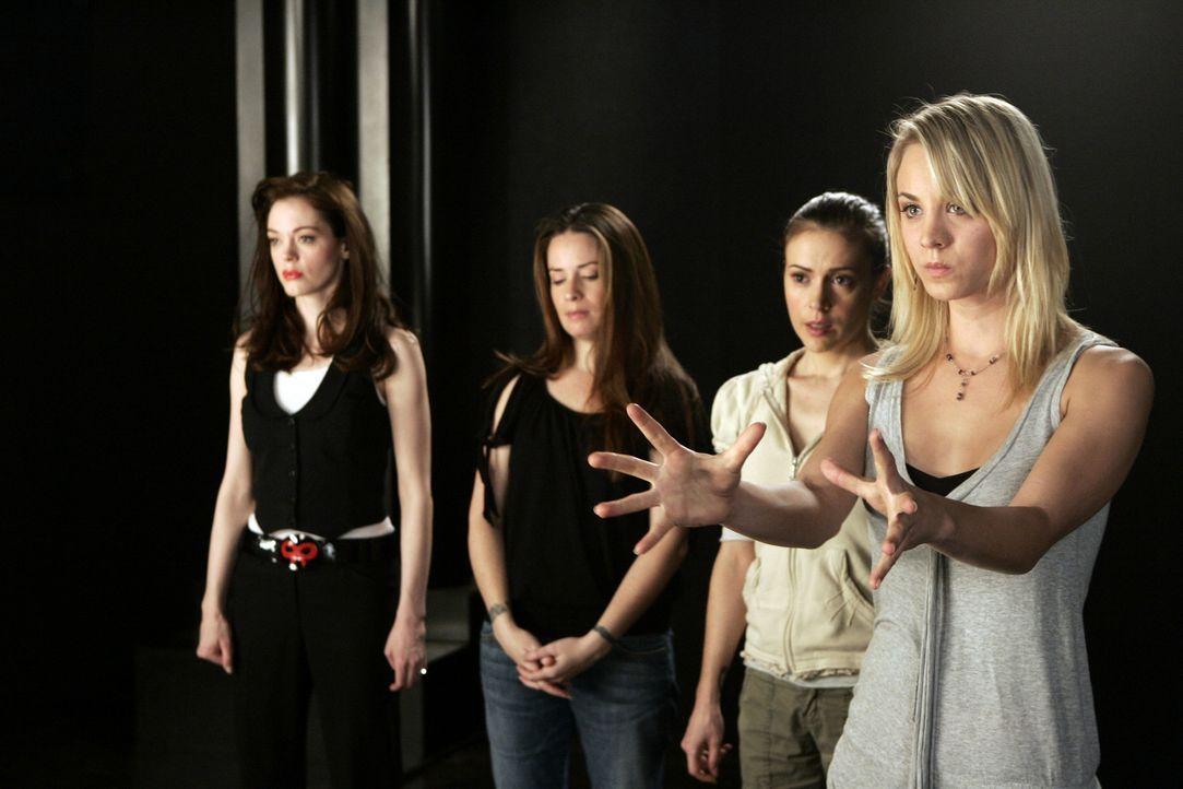 Gemeinsam kämpfen sie gegen das Böse: Paige (Rose McGowan, l.), Piper (Holly Marie Combs, 2.v.l.),  Phoebe (Alyssa Milano, 2.v.r.) und Billie (Kal... - Bildquelle: Paramount Pictures