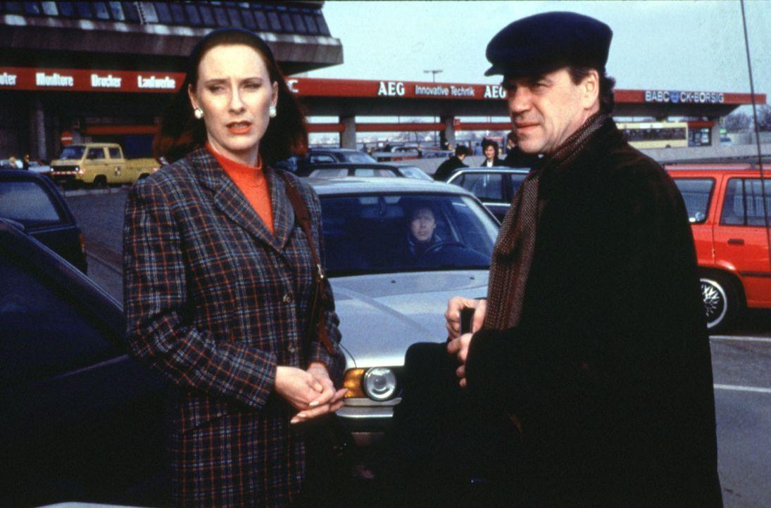 Elke Jansen (Andrea Sawatzki, l.) behauptet, von den Bankräubern erpresst zu werden. Auf dem Flughafen Tegel soll sie die Beute hinterlegen. Kommis... - Bildquelle: Alfred Raschke Sat.1