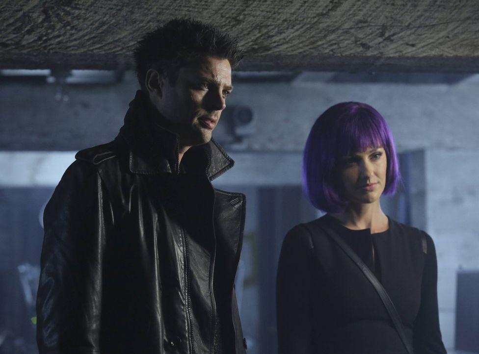 John (Karl Urban, l.) und Valerie (Minka Kelly, r.) versuchen, sich zu einer Feier der Hacker zu schleichen, doch wie soll man etwas finden, das nic... - Bildquelle: Warner Bros. Television