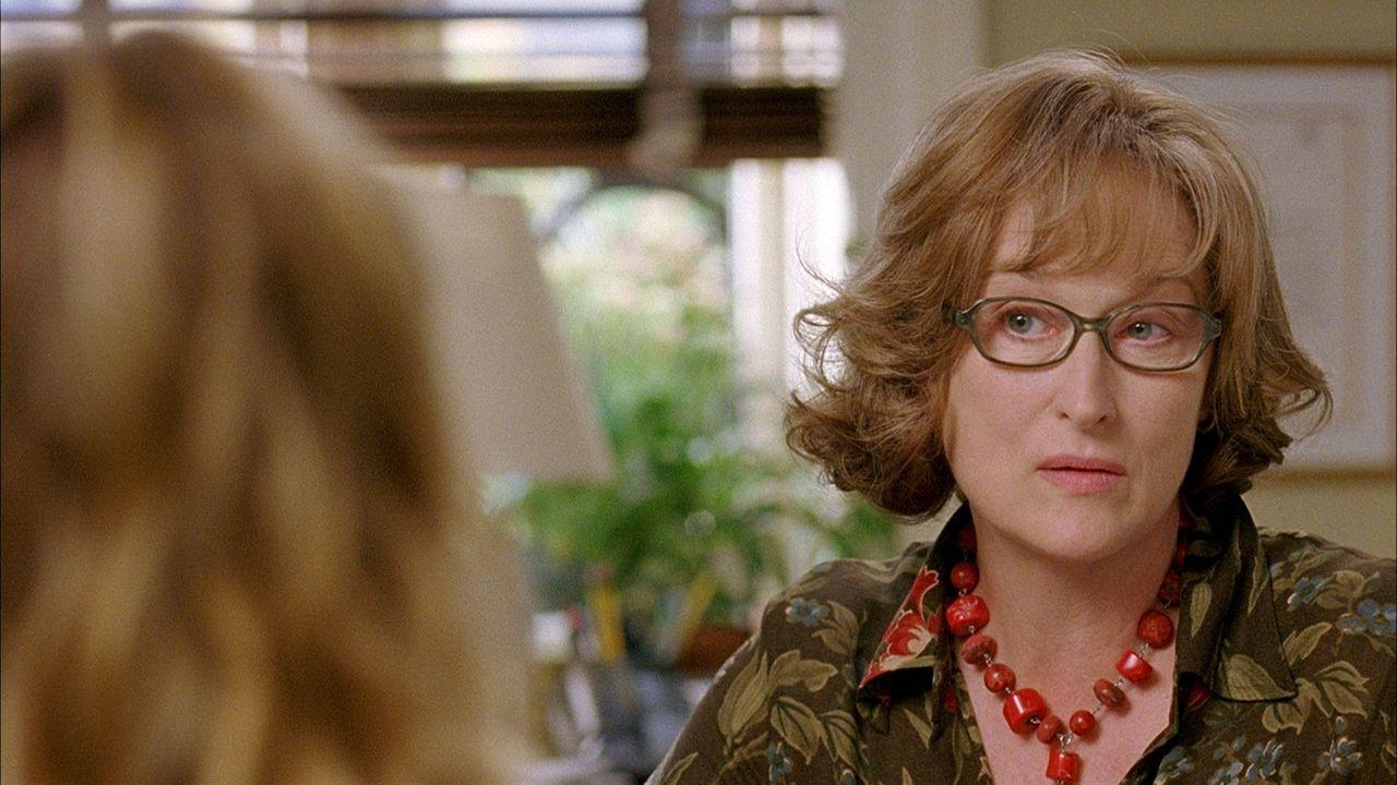 Dr. Lisa Metzger (Meryl Streep, r.) gerät in einen Interessenskonflikt, als sie erfährt, dass ihre Patientin Rafi (Uma Thurman, l.) die neue Freundi... - Bildquelle: TOBIS FILM