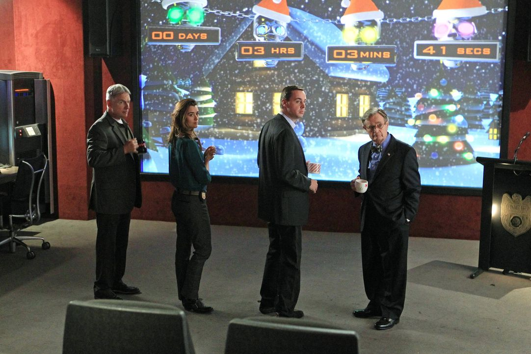 Müssen einen Mord aufklären: Gibbs (Mark Harmon, l.), Ziva (Cote de Pablo, 2.v.l.), Ducky (David McCallum, r.) und McGee (Sean Murray, 2.v.r.) ... - Bildquelle: CBS Television