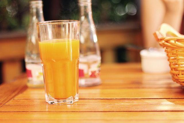 6) Orangensaft auf der Kleidung- mit Zitronensaft einreiben- mit lauwarmem W...