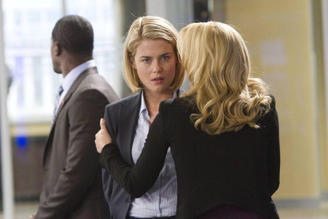 Meg (Gillian Anderson, r.) will ihren Fehler, ihre Schwester, FBI-Agentin Susie Dunn (Rachael Taylor, M.), angelogen zu haben, wieder gutmachen und... - Bildquelle: 2013-2014 NBC Universal Media, LLC. All rights reserved.