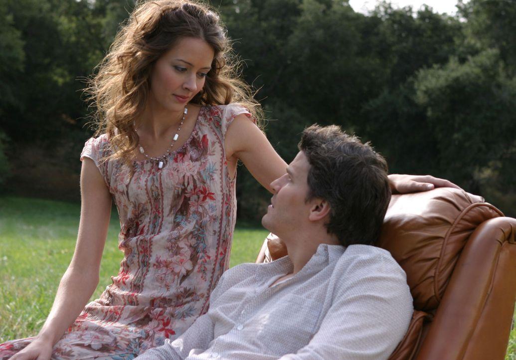 In einem Alptraum von Angel (David Boreanaz, r.) taucht Fred (Amy Acker, l.) auf und sagt ihm, dass er nutzlos für sie ist ... - Bildquelle: The WB Television Network