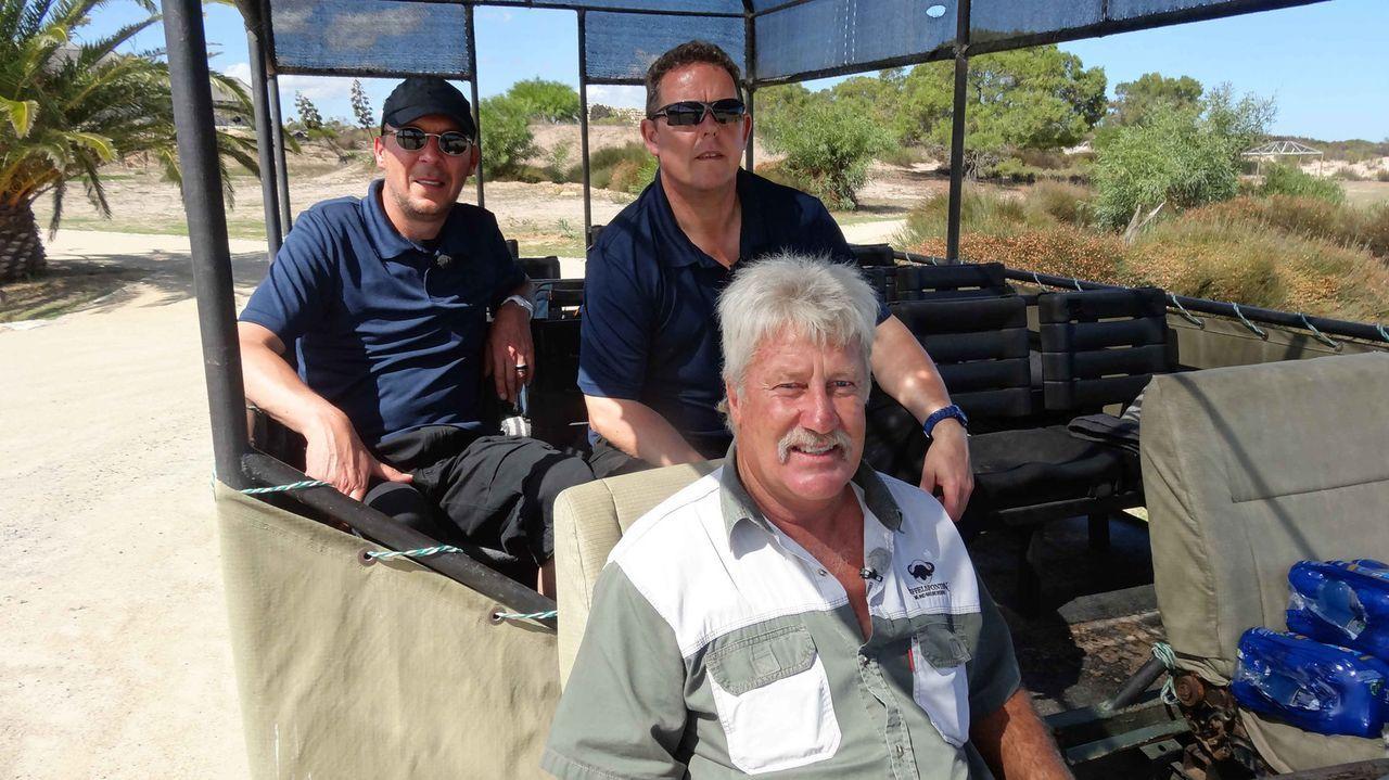 Toto (r.) und Harry (l.) sind auf Patrouille mit den südafrikanischen Rangern - gemeinsam gehen sie zu Land und zu Wasser auf die Jagd nach Wilderern - Bildquelle: kabel eins