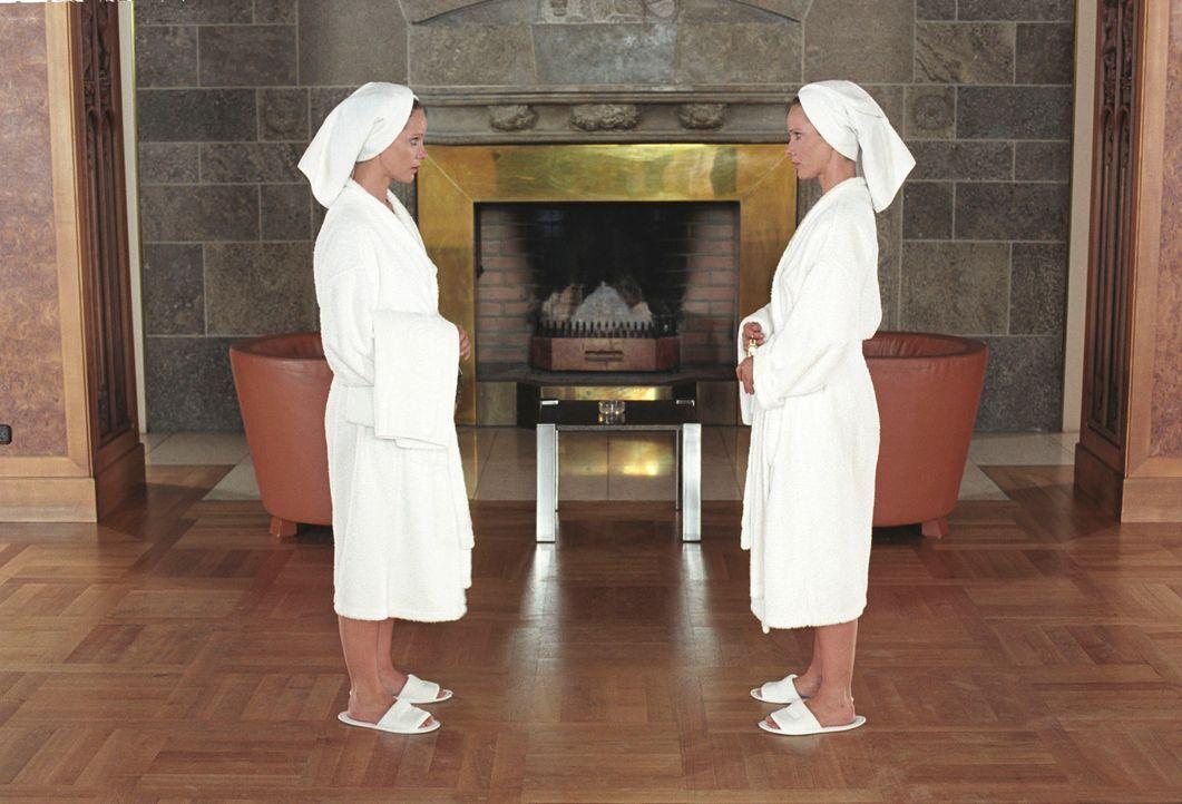 Katharina (Ann-Kathrin Kramer, l.) und Maria (Ann-Kathrin Kramer, r.) begegnen sich zum ersten Mal im Hotel. - Bildquelle: Thomas Kost Sat.1