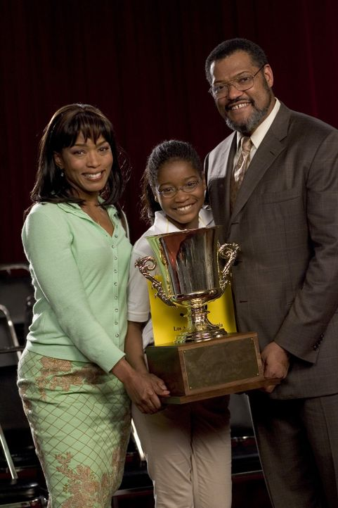 Am Ende ist die stets unterschätzte Akeelah (Keke Palmer, M.) tatsächlich die Größte und ihre Mutter Tanya (Angela Bassett, l.) und Dr. Larabee... - Bildquelle: Copyright   2006 Lions Gate Films Inc. and 2929 Productions LLC. All Rights Reserved.