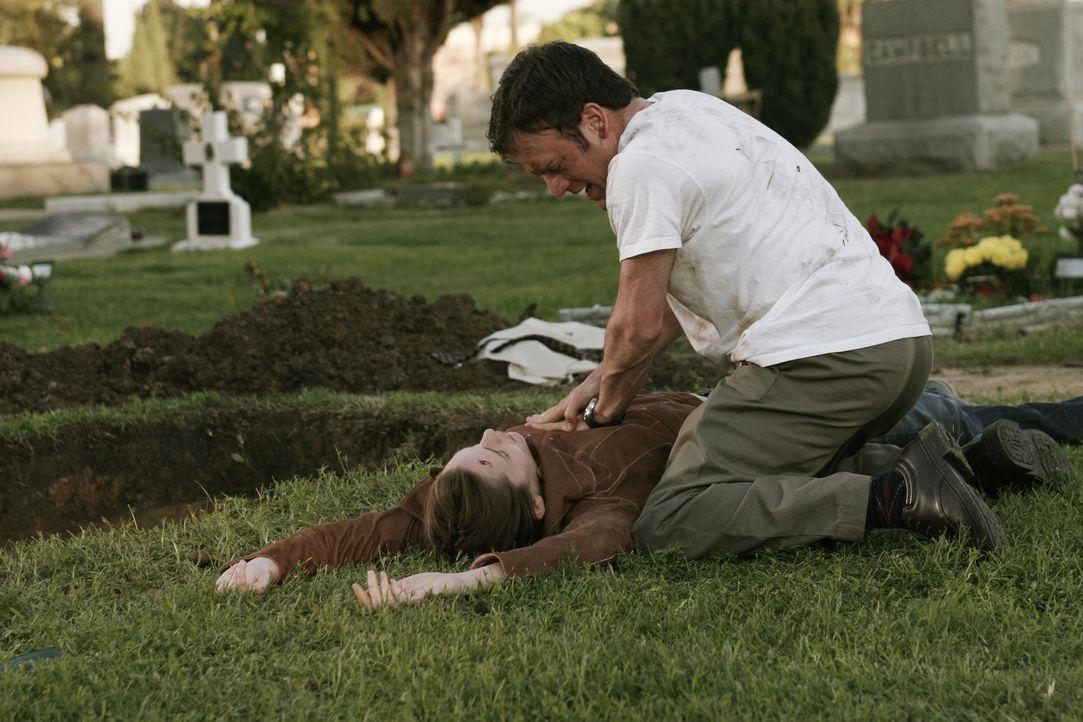 Sydney (Jennifer Garner, l.) wurde in Kuba auf einem Friedhof lebendig begraben. Marshall (Kevin Weisman, r.) fliegt dort hin und spürt den Sarg au... - Bildquelle: Touchstone Television