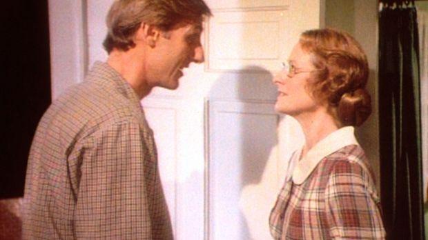Harve Miller (James Cromwell, l.) hat bei der Lehrerin Miss Wilder (Lucy Lee...