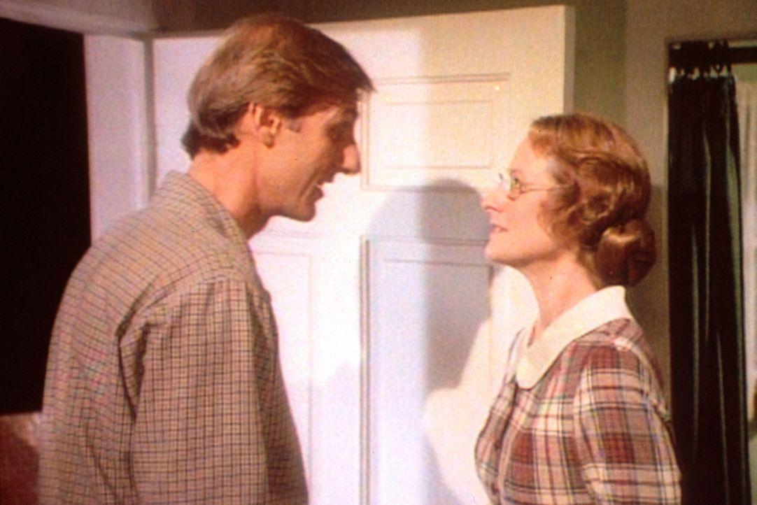Harve Miller (James Cromwell, l.) hat bei der Lehrerin Miss Wilder (Lucy Lee Flippin, r.) gelernt, ernste Gespräche zu führen. - Bildquelle: Worldvision