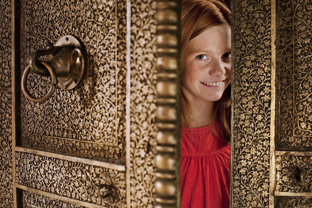 Hexe Lilli (Alina Freund) freut sich, denn ihre Zauberkräfte werden im Orient gebraucht. Im Null Komma nichts ist sie im Land der fliegenden Teppich... - Bildquelle: Disney