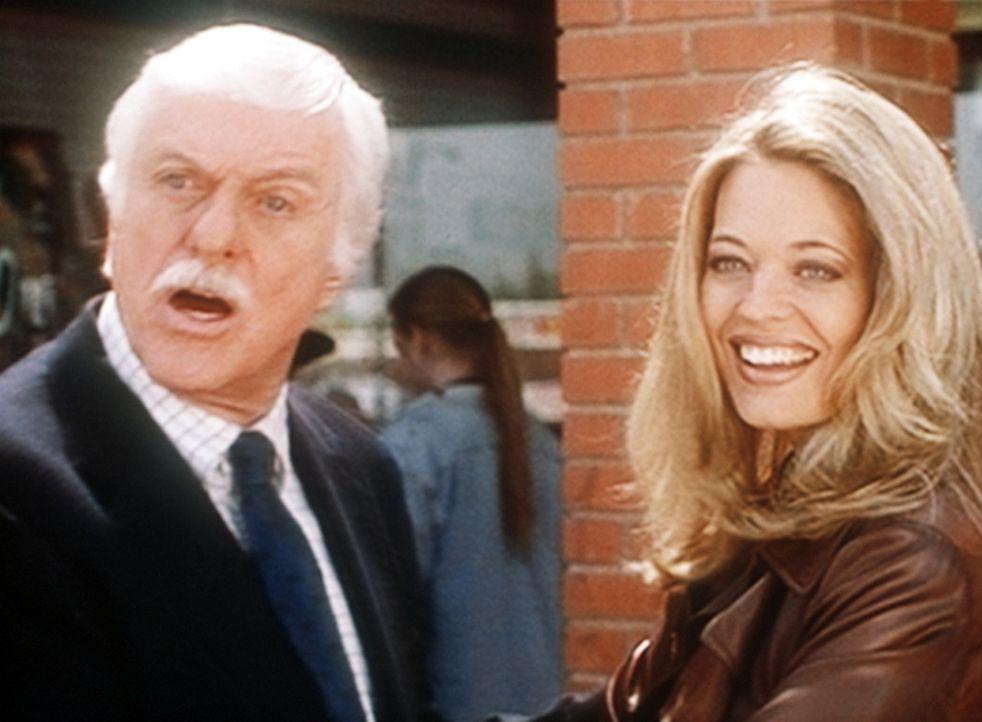 Melissa (Jeri Lynn Ryan, r.), Mitautorin eines Buchs über die sexuellen Eskapaden Prominenter, genießt zum Erstaunen von Mark (Dick Van Dyke, l.)... - Bildquelle: Viacom