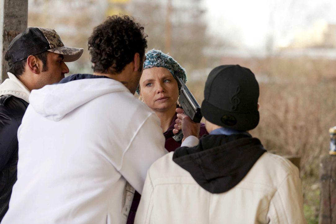Als ob es nicht schon genug wäre, dass Danni (Annette Frier, 2.v.r.) Elli bei der Brautkleid-Suche behilflich sein soll, wird sie auch noch von Has... - Bildquelle: Frank Dicks SAT.1