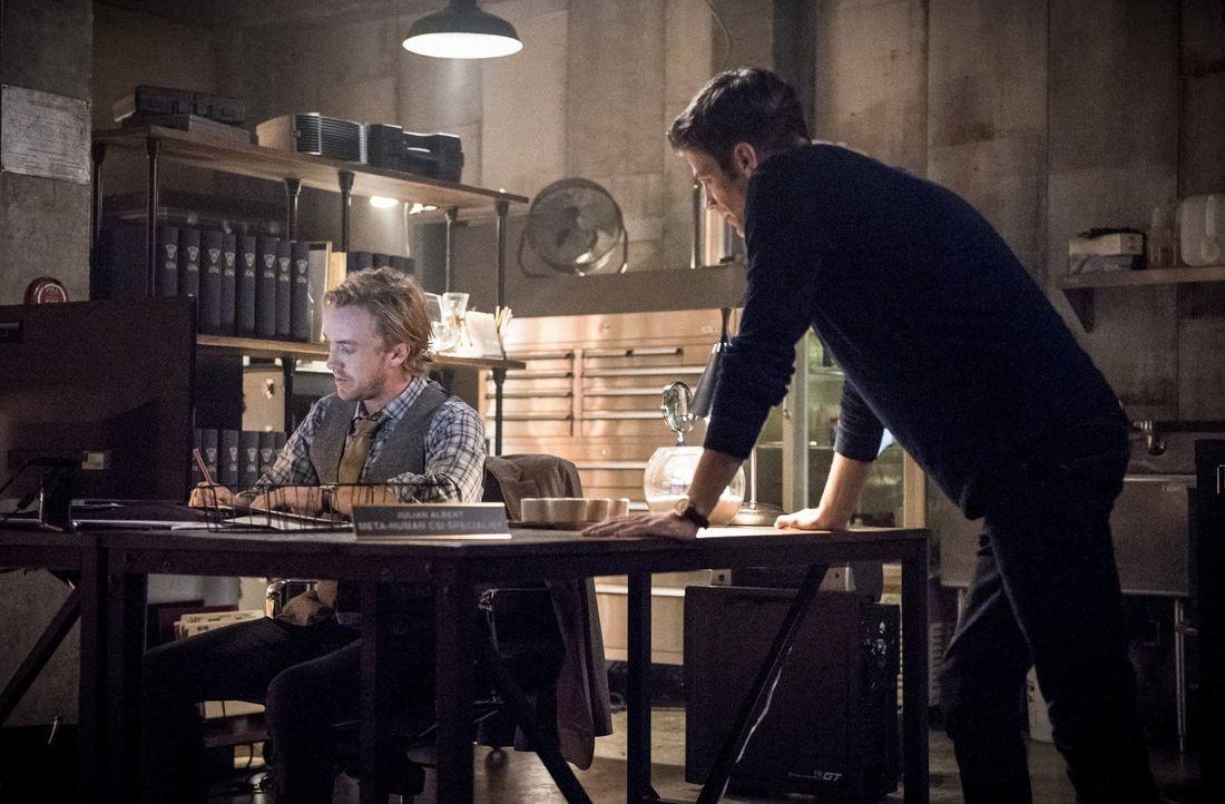 """Als Barry (Grant Gustin, r.) das erste Mal auf seinen """"neuen"""" Kollegen Julian Albert (Tom Felton, l.) trifft, ist er geschockt, denn nicht nur dass... - Bildquelle: 2016 Warner Bros."""