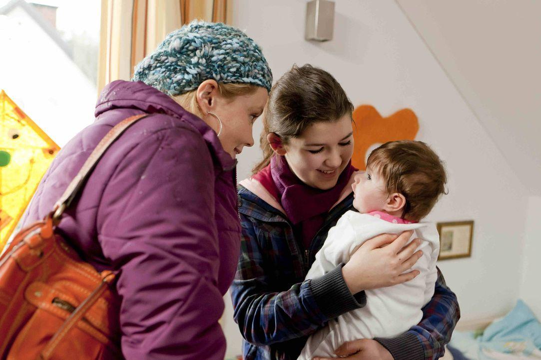 Stefanie Kemper (Emma Grimm, M.) wendet sich Hilfe suchend an Danni (Annette Frier, l.), denn man will ihr ihre kleine Tochter Lilly wegnehmen. Dann... - Bildquelle: Frank Dicks SAT.1
