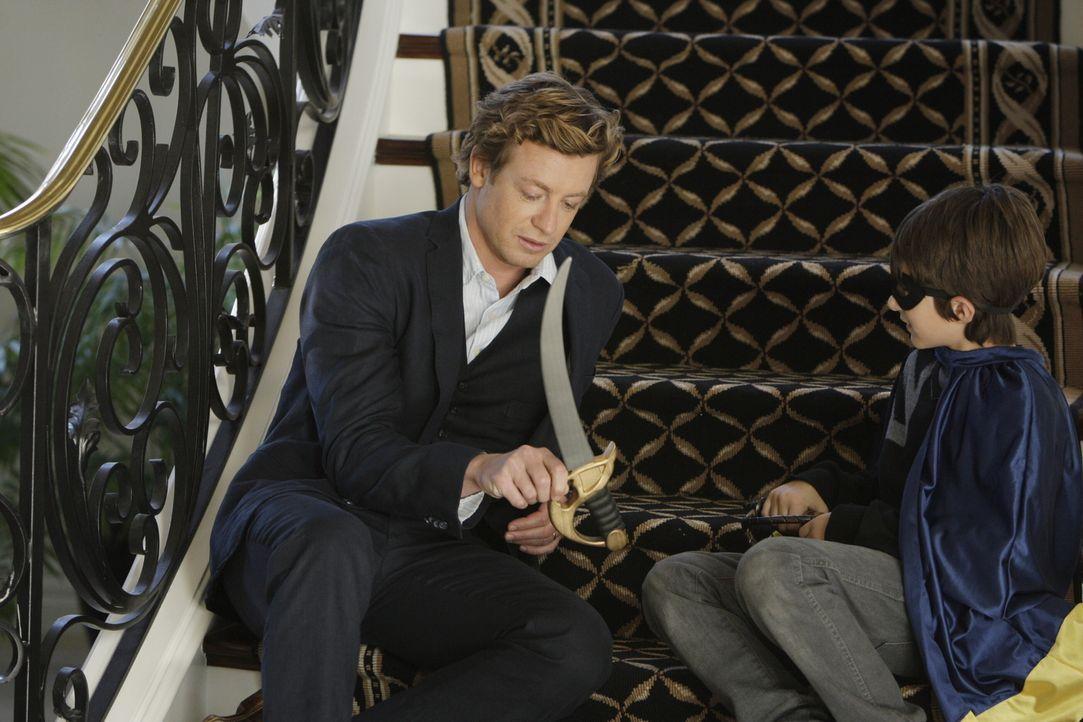 Kann Oscar Castillo (Brandon Waters, r.) Patrick Jane (Simon Baker, l.) bei der Lösung seines Falles behilflich sein? - Bildquelle: Warner Bros. Television