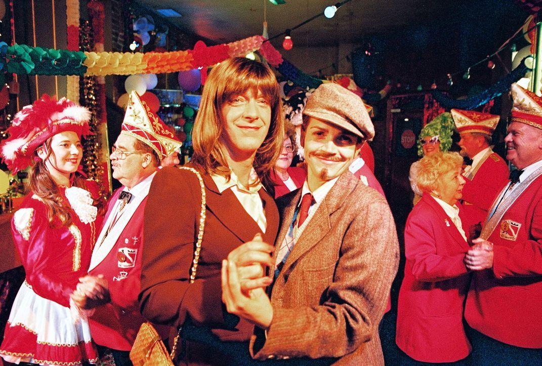 Die Narren sind los: Sandra (Rebecca Immanuel, r.) und Felix (Christoph M. Ohrt, l.) in Partylaune ... - Bildquelle: Hardy Spitz Sat.1