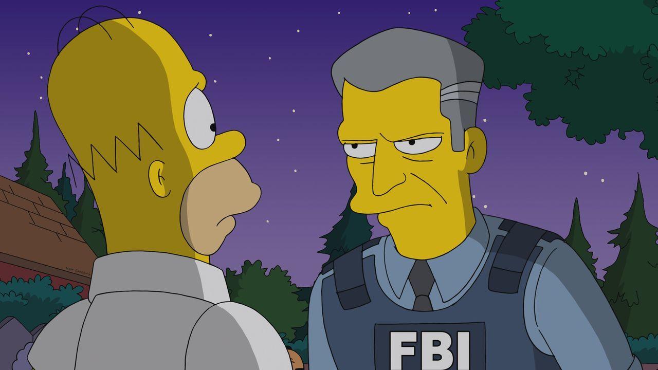 Detective Gratman (r.) vom FBI will Homer (l.) einbuchten, weil der einen Film illegal im Internet heruntergeladen hat ... - Bildquelle: 2013 Twentieth Century Fox Film Corporation. All rights reserved.