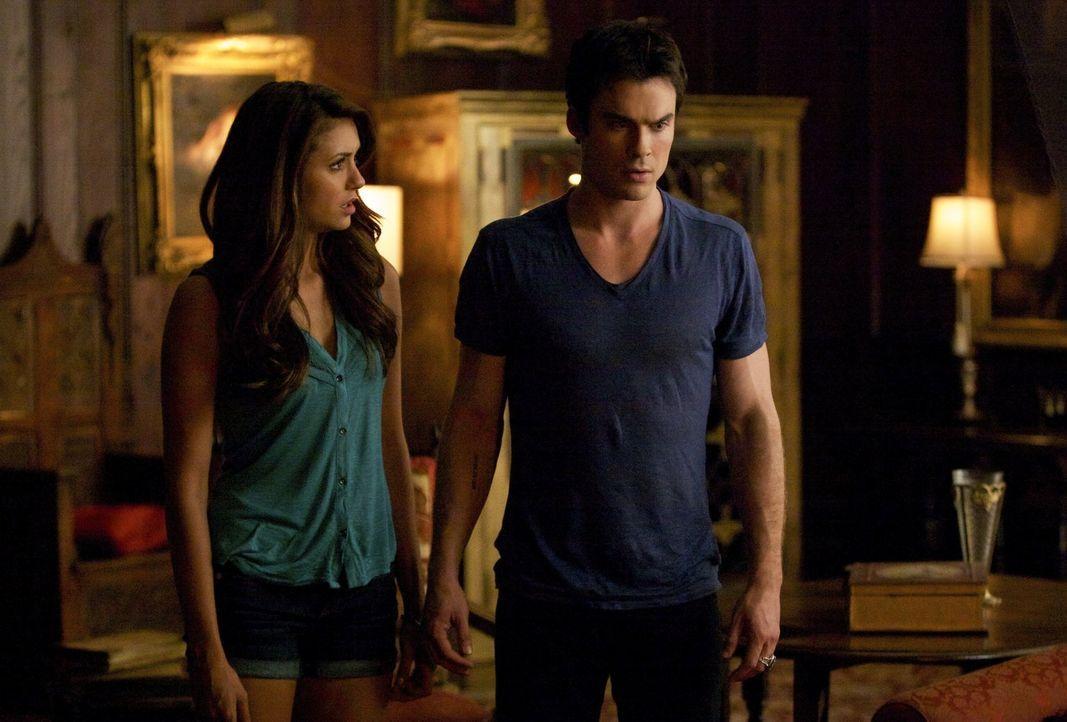 Wie weit würde Damon (Ian Somerhalder, r.) für die Rettung Elenas (Nina Dobrev, l.) gehen? - Bildquelle: Warner Brothers