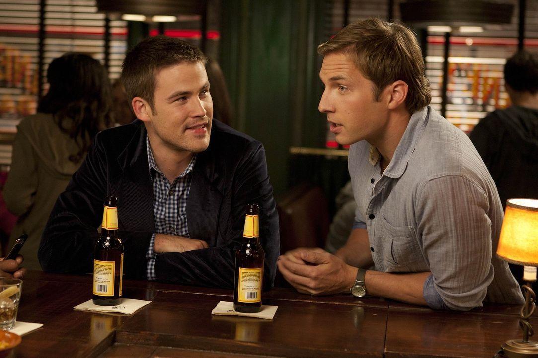 Ben (Ryan Hansen, r.) hat große Neuigkeiten - denn er trifft sich mit einer Ex-Freundin wieder. Doch was wird Aaron (Zach Cregger, l.) dazu sagen? - Bildquelle: NBC Universal, Inc.
