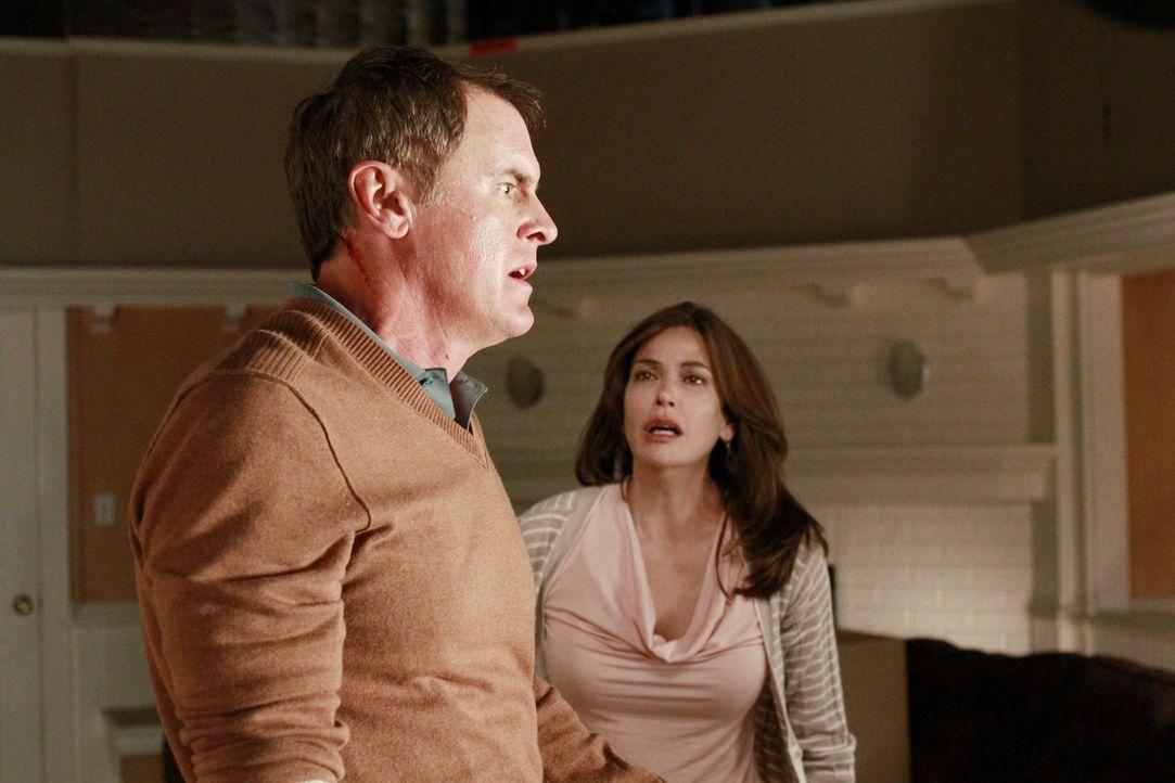 Susan (Teri Hatcher, r.) muss die Polizei überzeugen, Paul (Mark Moses, l.) nicht vergiftet zu haben. Derweil verbringen Lynette und Tom ein gemeins... - Bildquelle: ABC Studios