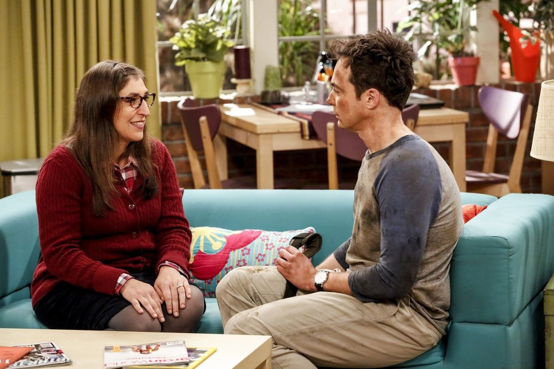 Nachdem Amy (Mayim Bialik, l.) ihn aufgefordert hat, wegen der Hochzeit nicht so viel Stress zu machen, versucht Sheldon (Jim Parsons, r.), entspann... - Bildquelle: Warner Bros. Television